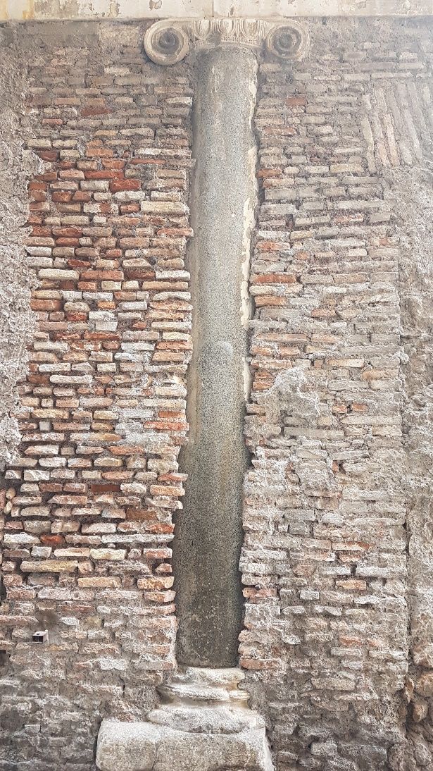 Wall with embedded Ionic column, Rome, photo by Eduard Habsburg